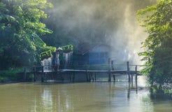 Vecchio ponte con gli agricoltori dell'uomo Fotografia Stock Libera da Diritti