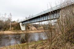 Vecchio ponte con le rotaie arrugginite del metallo Fotografia Stock