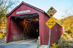 Vecchio ponte coperto rosso un chiaro giorno dell'autunno fotografia stock libera da diritti