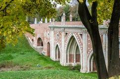 Vecchio ponte del castello nel parco verde Immagine Stock Libera da Diritti