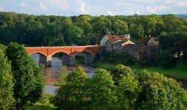 Vecchio ponte del mattone del fiume Venta Fotografie Stock