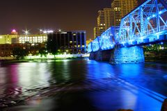 Vecchio ponte del treno nello splender blu fotografia stock