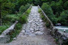 Vecchio ponte dell'arco del ciottolo immagini stock