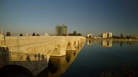 Vecchio ponte della pietra di Roma, costruito in 2000 anni fa, la città della mattina soleggiata di estate dell'Adana video d archivio