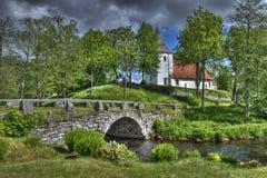 Vecchio ponte della pietra e della chiesa in Svezia Immagini Stock Libere da Diritti