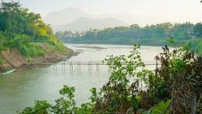 Vecchio ponte di bambù attraverso il fiume Il Laos, Luang Prabang video d archivio