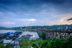 Vecchio ponte di legno sopra il fiume & il x28; Lunedì Bridge& x29; nel distretto di Sangkhlaburi, Kanchanaburi, Tailandia Fotografie Stock