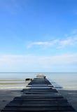 Vecchio ponte di legno sulla spiaggia Immagine Stock