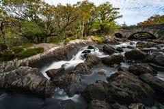 Vecchio ponte di pietra attraverso il fiume nell'anello di Kerry fotografia stock libera da diritti