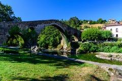Vecchio ponte di pietra romano Immagine Stock