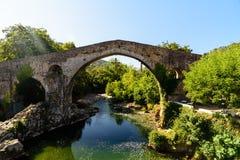 Vecchio ponte di pietra romano Fotografia Stock