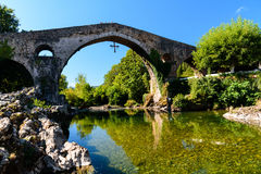 Vecchio ponte di pietra romano Immagini Stock