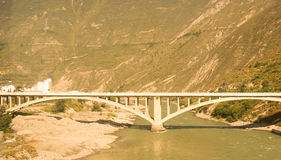 Vecchio ponte di pietra sopra il canyon Immagini Stock