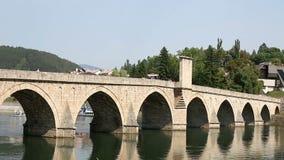 Vecchio ponte di pietra sul fiume Visegrad di Drina video d archivio