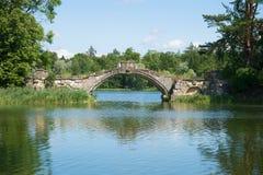 Vecchio ponte a dorso d'asino sul lago bianco Gatcina Fotografia Stock