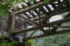 Vecchio ponte ferroviario inutilizzato Una piccola ferrovia che attraversa il riv immagini stock