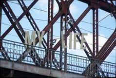 Vecchio ponte ferroviario vuoto con le lettere che dicono la mia vita fotografia stock