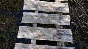 Vecchio ponte grigio di legno che vola sopra stock footage