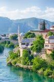 Vecchio ponte ricostruito di Mostar sul fiume Neretva La Bosnia e fotografie stock
