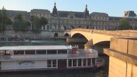 Vecchio ponte sopra il corso d'acqua della Senna con la navigazione delle navi dei turisti a Parigi in città stock footage