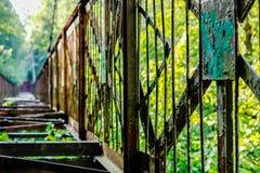 Vecchio ponte sospeso inutilizzato attraverso il burrone fotografia stock libera da diritti