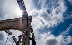 Vecchio ponte un giorno soleggiato immagine stock