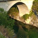 Vecchio ponte vicino a Savnik immagine stock libera da diritti