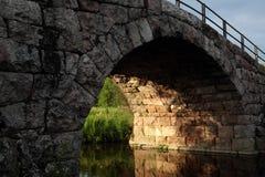 Vecchio ponticello di pietra dell'arco Fotografie Stock