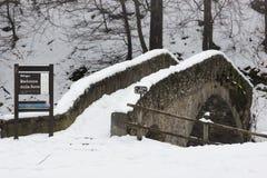 Vecchio ponticello di pietra in inverno fotografia stock