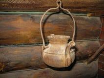 Vecchio portacatino del ferro nella capanna nei ruscelli di Olenyi del parco naturale nella regione di Sverdlovsk immagine stock libera da diritti
