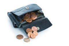 Vecchio portafoglio di cuoio con le euro monete isolate su bianco Immagini Stock