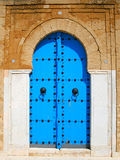 Vecchio portello di legno blu nello stile arabo tunisino Fotografia Stock Libera da Diritti