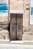 Vecchio portello di legno Camera fatta delle pietre, legno, in Oliena, Nuoro, Sardegna, Italia, europa fotografie stock