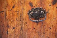 Vecchio portello di legno con la maniglia arrugginita immagini stock