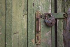 Vecchio portello di legno con la serratura Immagini Stock Libere da Diritti