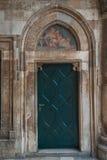 Vecchio portello di legno a Dubrovnik, Croatia fotografia stock