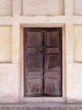 Vecchio portello di legno e parete bianca Fotografia Stock Libera da Diritti