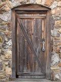 Vecchio portello di legno in parete di pietra Fotografie Stock Libere da Diritti