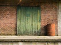 Vecchio portello scorrevole di legno verde Fotografie Stock