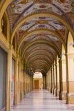 Vecchio portico decorato con le colonne a Bologna Fotografie Stock