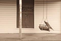 Vecchio portico di fronte con oscillazione Fotografie Stock Libere da Diritti