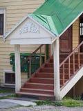 Vecchio portico di legno con la scala Immagini Stock
