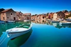 Vecchio porto al mare adriatico. Isola di Hvar Fotografie Stock Libere da Diritti