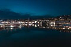 Vecchio porto di Genova, Italia alla notte immagine stock
