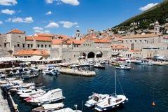 Vecchio porto ed arsenale in un giorno di estate soleggiato in Ragusa, Croazia Immagine Stock