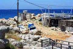 Vecchio porto sulle rocce con il mare Immagine Stock