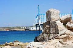 Vecchio porto sulle rocce con il mare Fotografia Stock Libera da Diritti