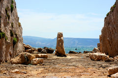 Vecchio porto sulle rocce con il mare Immagine Stock Libera da Diritti