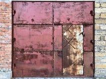 Vecchio portone arrugginito dell'acciaio del piatto d'acciaio Immagini Stock Libere da Diritti