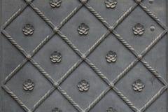 Vecchio portone del metallo coperto di modello floreale Struttura della priorità bassa Immagini Stock Libere da Diritti